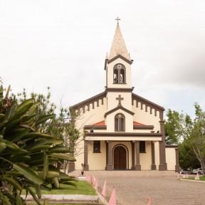 Paróquia Santa Terezinha celebra dedicação de sua Igreja Matriz e do altar